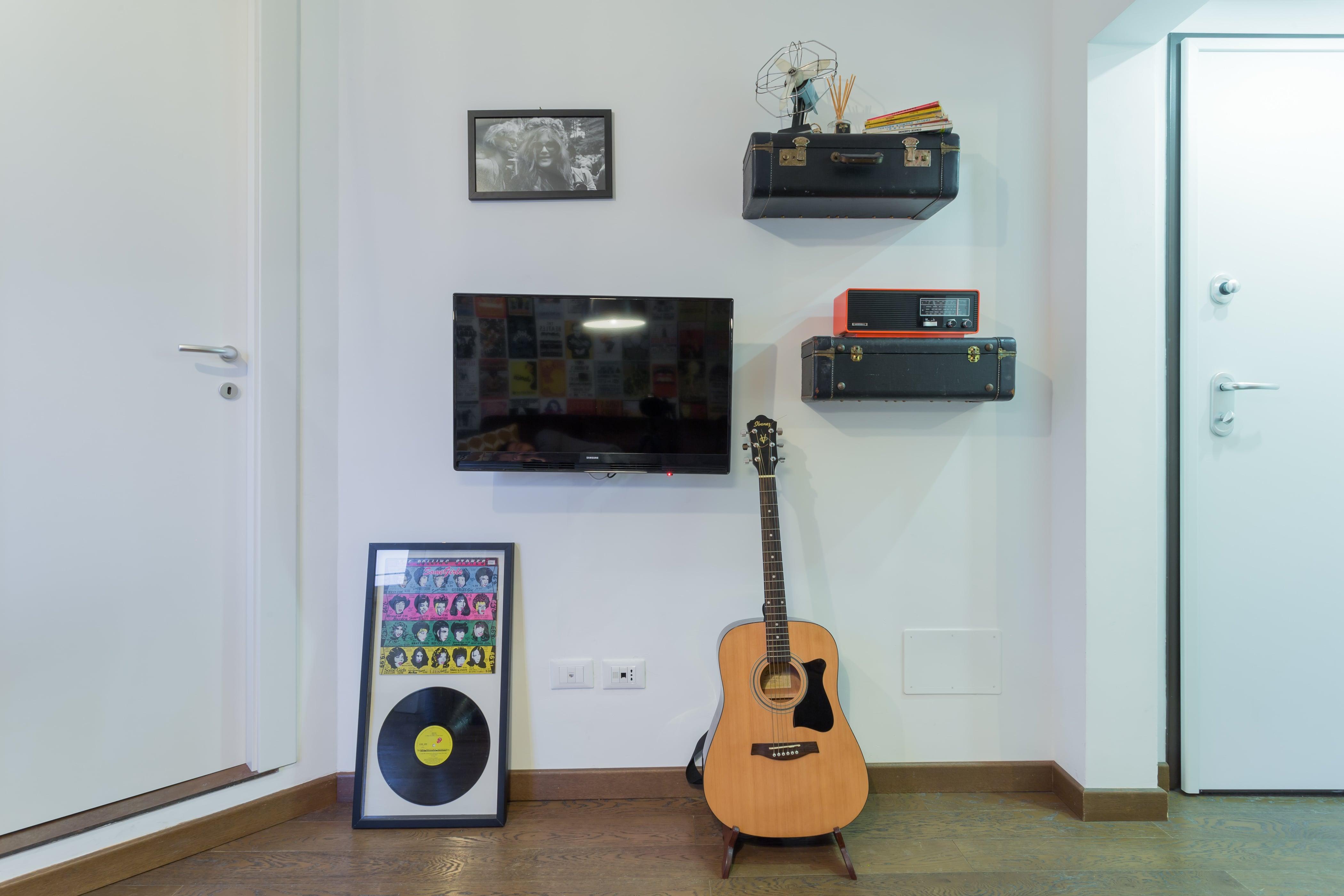 tv e chitarra-min